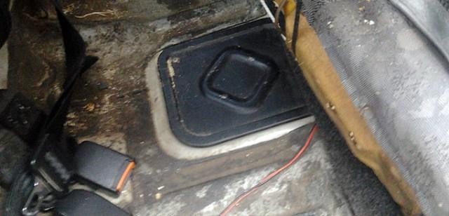 Лючок под задним сиденьем