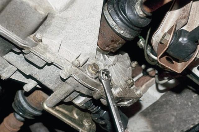 Фото откручивания сливной пробки КПП ВАЗ 2110