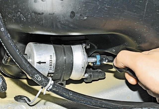 Фото отсоединения трубки от штуцера топливного фильтра