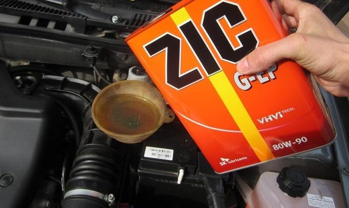 Вливание жидкости ZIC в коробку передач