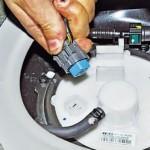 Отключаем проводную колодку от крышки (фото)