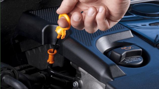 Проверка количества ММ наощупь в моторе автомобиля