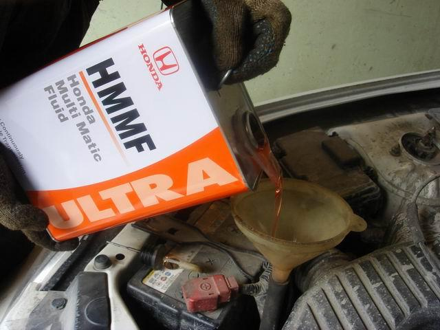 Заливка масла HMMF ULTRA через воронку в вариатор