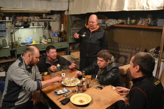 Петр Семенович с коллегами обсуждают методы удаления дизельного фильтра