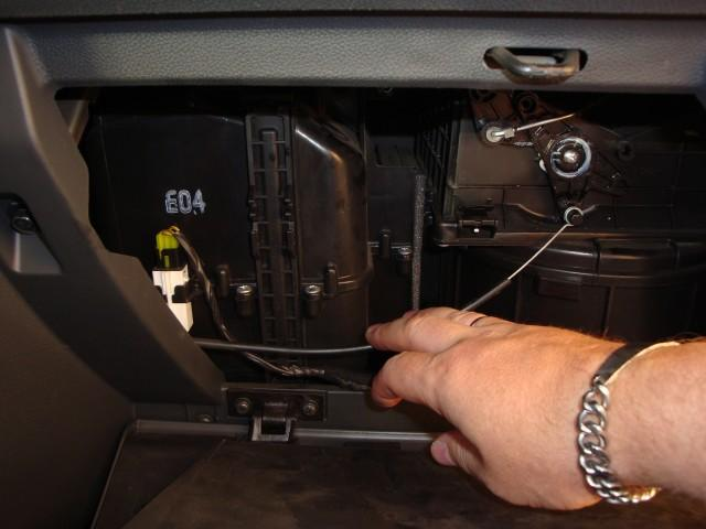 Провода и заслонка отопителя в автомобиле Hyundai Getz