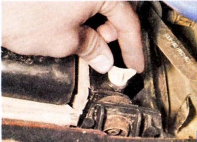 Чтобы слить отработанный антифриз откручиваем заглушку радиатора