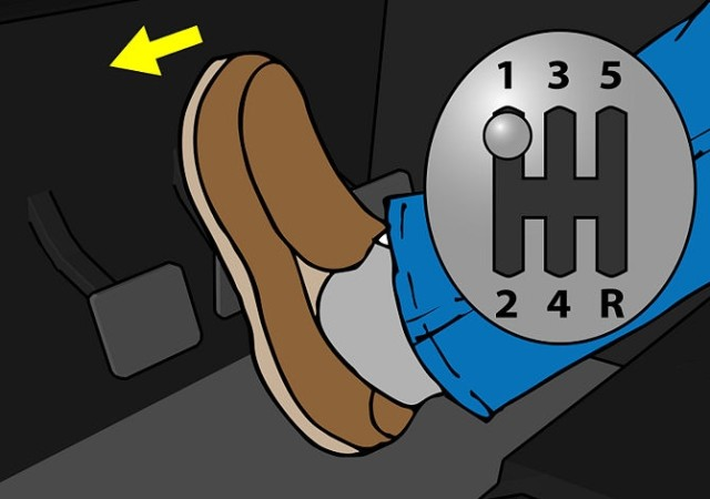 Выжать сцепление перед переключением скорости