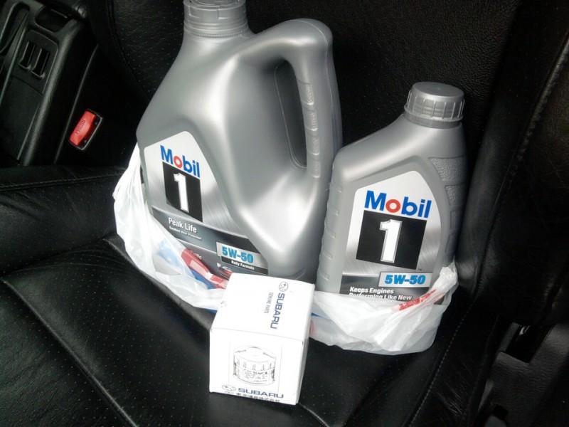 Моторное масло в литровой и четырехлитровой упаковках