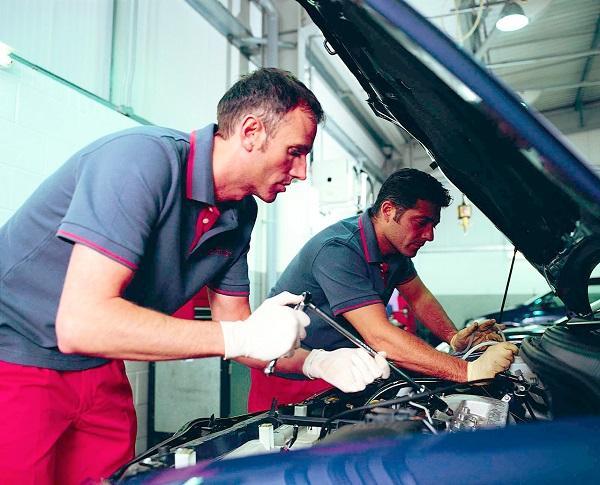 Автомеханики производящие замену