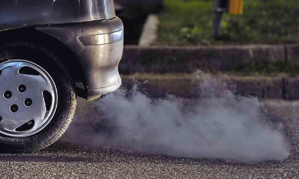 Авто дымит сизым дымом