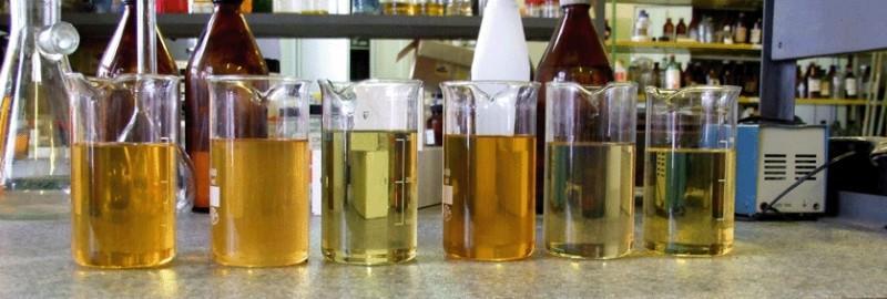 Бензин разлитый по колбам для проверки качества
