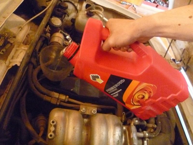 Залив промывочного масла «Роснефть» в двигатель транспортного средства