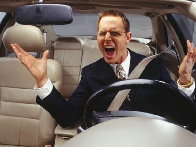 Автолюбитель Петр недоволен тем, что его автомобиль глохнет при нажатии на педаль сцепления