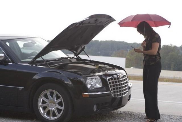 Автолюбитель Екатерина звонит своему мужу чтобы узнать, что делать в случае глушения двигателя при торможении с выжатой педалью сцепления