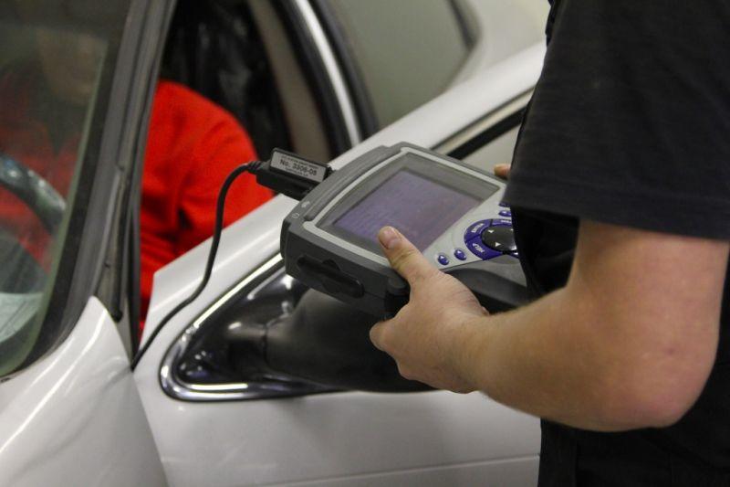 Проведение диагностики автомобиля Шевроле при помощи специального сканера