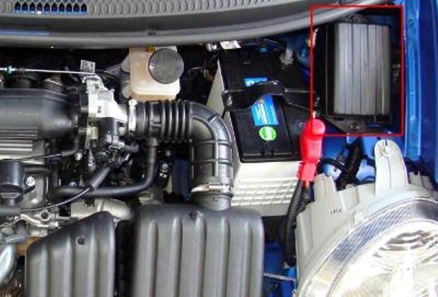 Блок в моторном отсеке рядом с аккумулятором