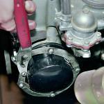 Берем специальную цепь и откручиваем масляный фильтрующий элемент мотора
