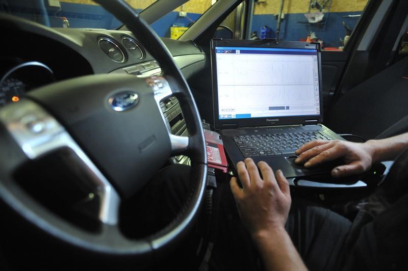 Диагностика автомобиля Ford Focus 2 на станции ТО при помощи ноутбука и специализированного оборудования