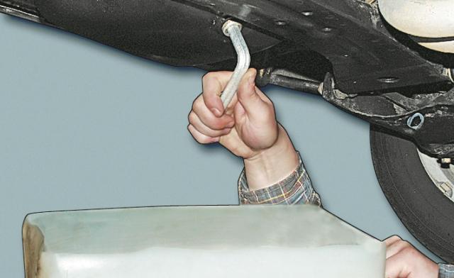 Выкручиваем ключом заглушку отверстия для слива