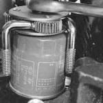 Ключем откручиваем старый фильтр