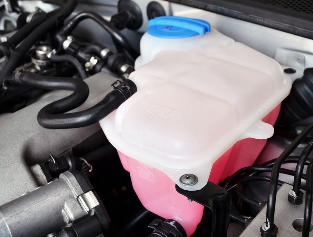 Розовая охлаждающая жидкость в расширительном бачке