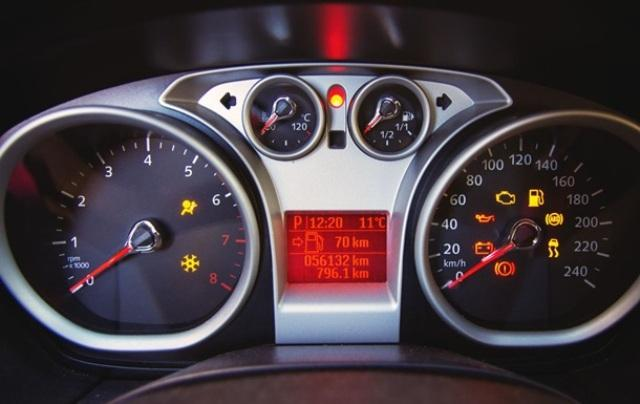 Лампочка Check Engine, сообщающая водителю о возникновении неисправностей (горит оранжевым цветом на спидометре)