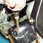 ...или просто проткните фильтрующий элемент отверткой и крутите его против часовой стрелки.
