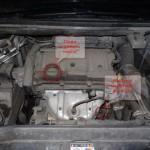 3. Откройте капот и найдет заливную крышку и место расположения фильтрующего элемента. Откройте пробку для залива ММ.