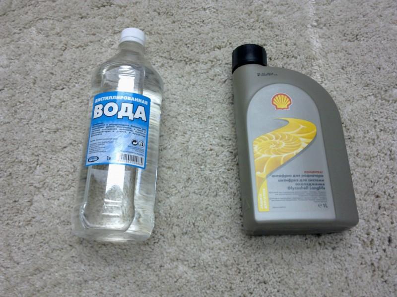Дистиллированная вода и охлаждающая жидкость Shell красного цвета в литровой упаковке