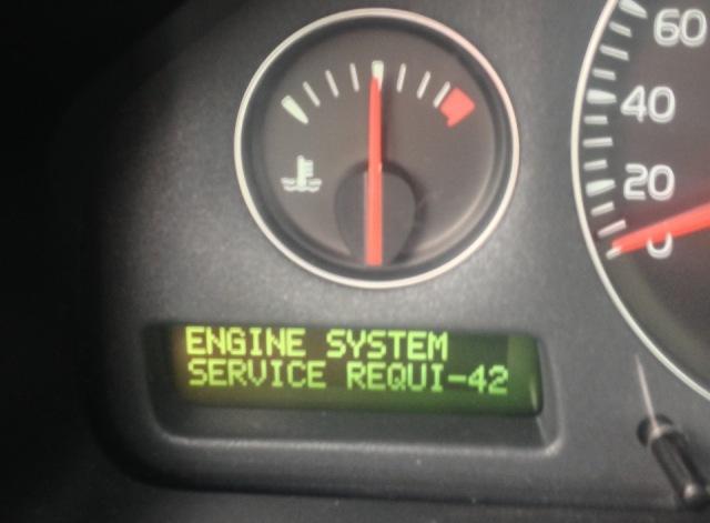 Приборная панель автомобиля Volvo. Загоревшаяся лампа Service свидетельствует о необходимости проведения диагностики