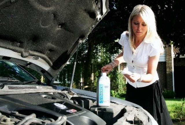 Автолюбитель Татьяна еще не знает, что трансмиссионная жидкость заливается не в горловину для моторного масла, а также что работы по ее замене следует проводить в рабочей одежде