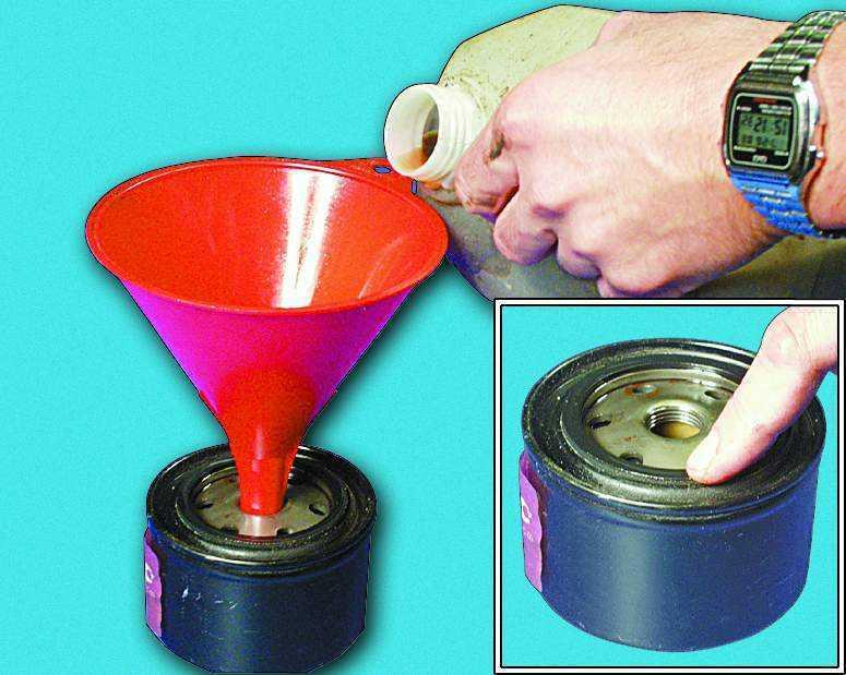 Заливаем масло в новый фильтр