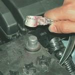 Перед тем, как приступить к ремонтным работам по замене ПП, выключите зажигание и отключите аккумулятор.