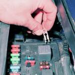Возьмите специальные щипчики, если они есть в корпусе монтажного блока, и демонтируйте ПП. Воспользуйтесь щипцами или пассатижами.