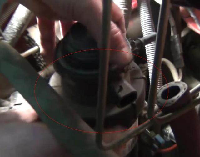 Красным цветом на фото отмечено резьбовое соединение корпуса. Его необходимо открутить, проворачивая против часовой стрелки. Делайте это до тех пор, пока верхняя часть не будет снята полностю
