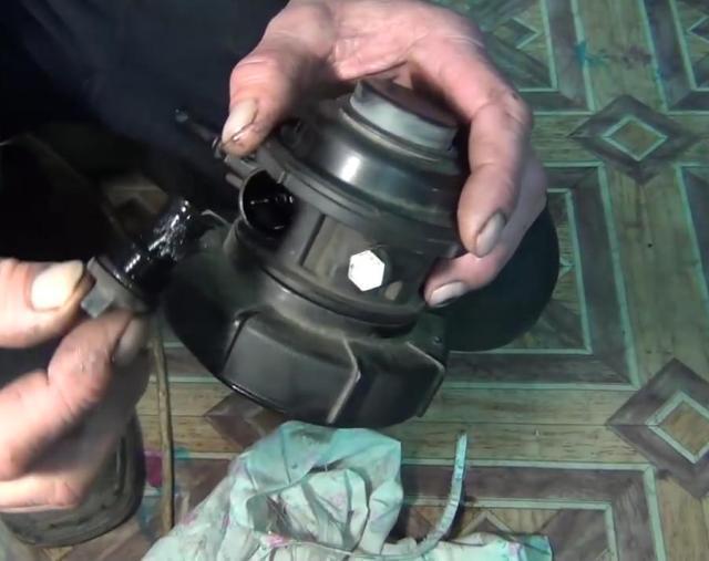 В верхней части узла установлен фильтр грубой очистки. Его необходимо выкрутить и прочистить, лучше компрессором. Также в районе резьбы установлена резиновая прокладка, которую нужно заменить.