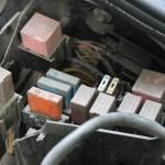Открыв капот, вы увидите примерно такую картину. Отключите клемму аккумуляторной батареи и демонтируйте ее, чтобы облегчить процесс замены БП.