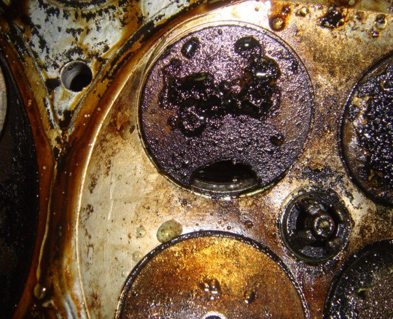 Налет на внутренних стенках двигателя - это вызвано эксплуатацией неподходящего для зимы ММ