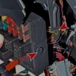 2. По бокам БП установлены держатели. БП необходимо вывести из них, чтобы получить доступ к проводам. Отсоедините жгуты с проводами.
