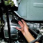 6. Затем возьмите гаечный ключ и открутите болты крепления КПП к двигателю транспортного средства.