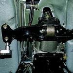 7. Затем при помощи гаечного ключа открутите винты крепления силового агрегата к кузову Нива Шевроле.