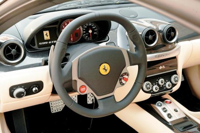 Рулевая колонка Феррари с рычажками переключения передач