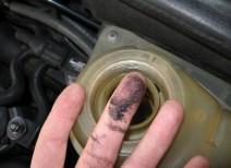 Почему масло попадает в систему охлаждения двигателя?