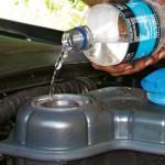 Теперь вам нужно промыть систему охлаждения. Для этого залейте в расширительный бачок дистиллированной воды и запустите двигатель, дав ему поработать не менее 10 минут.