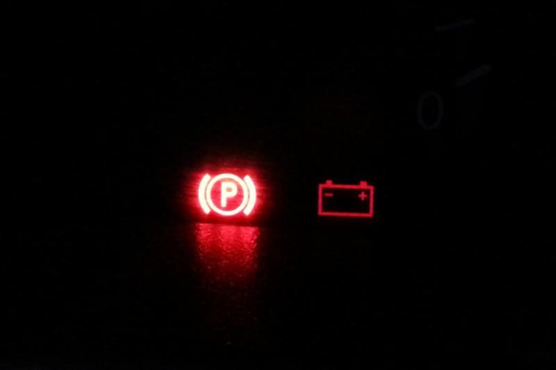 Мигающая лампа недостаточного напряжения на панели приборов