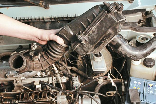 Снятие корпуса воздушного фильтрующего барьера вместе с патрубком