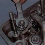 Затяните все элементы головки блока цилиндров