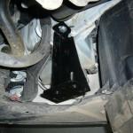1. Поставьте авто на опоры и демонтируйте пыльник. Установите кронштейн на днище Ford Focus, соблюдая действия, указанные в инструкции.