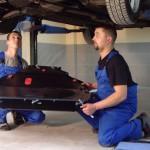 2. Установите планки в отверстия устройств. Вместе с помощником возьмите защиту картера и поставьте ее к днищу вашего авто.