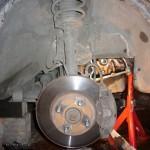 1. Поставьте правое колесо на домкрат и демонтируйте его, подставьте опоры